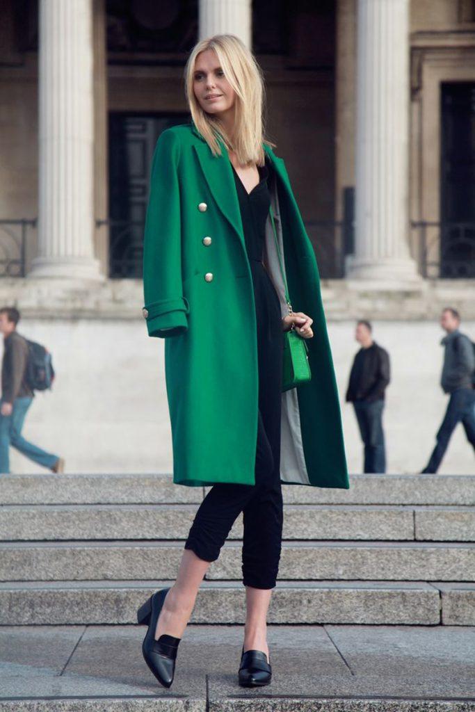 Длинное зеленое пальто с черными туфлями