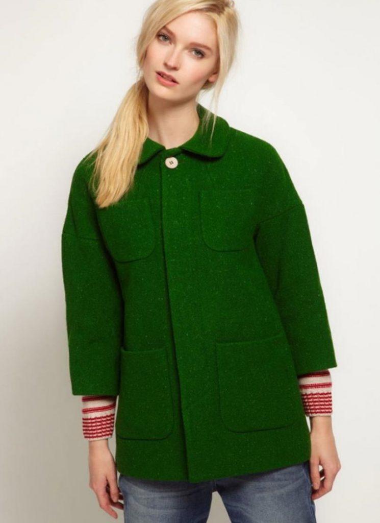 Объемное зеленое пальто с короткими рукавами