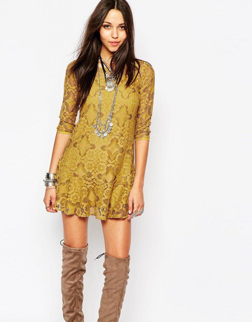 Горчичное платье с коричневыми сапогами
