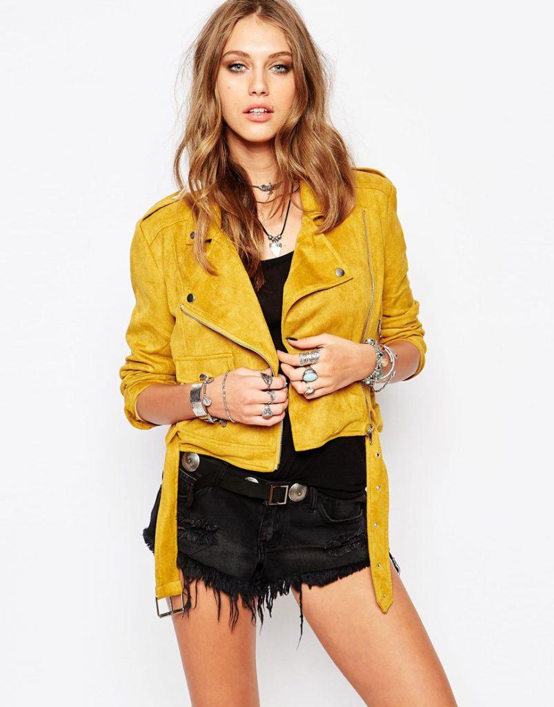 Желтая косуха с черной одеждой