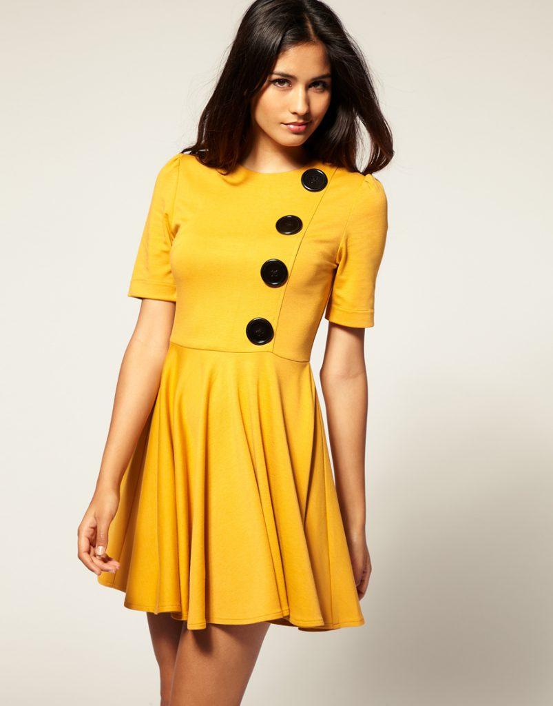 Желтое платье с черными пуговицами