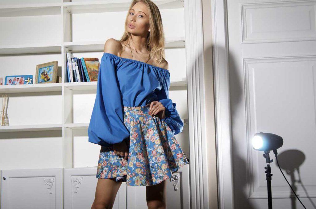 Синяя блузка с открытыми плечами