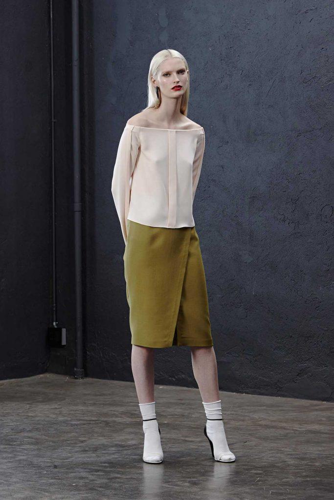Персиковая блузка с длинными рукавами и открытыми плечами