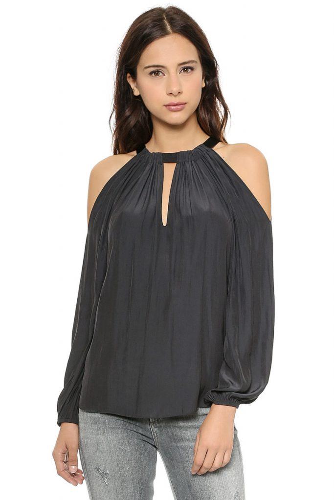 Черная блузка с длинными рукавами и открытыми плечами