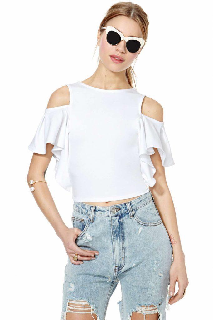 Белая короткая блузка с открытыми плечами