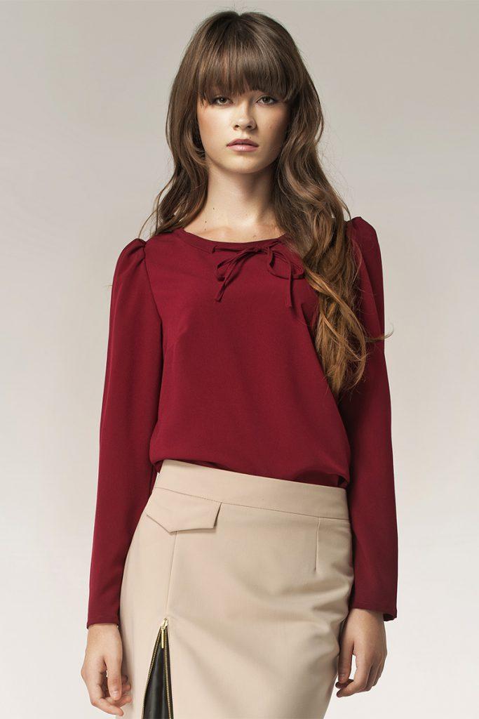 Сочетание бордового и бежевого цветов в одежде