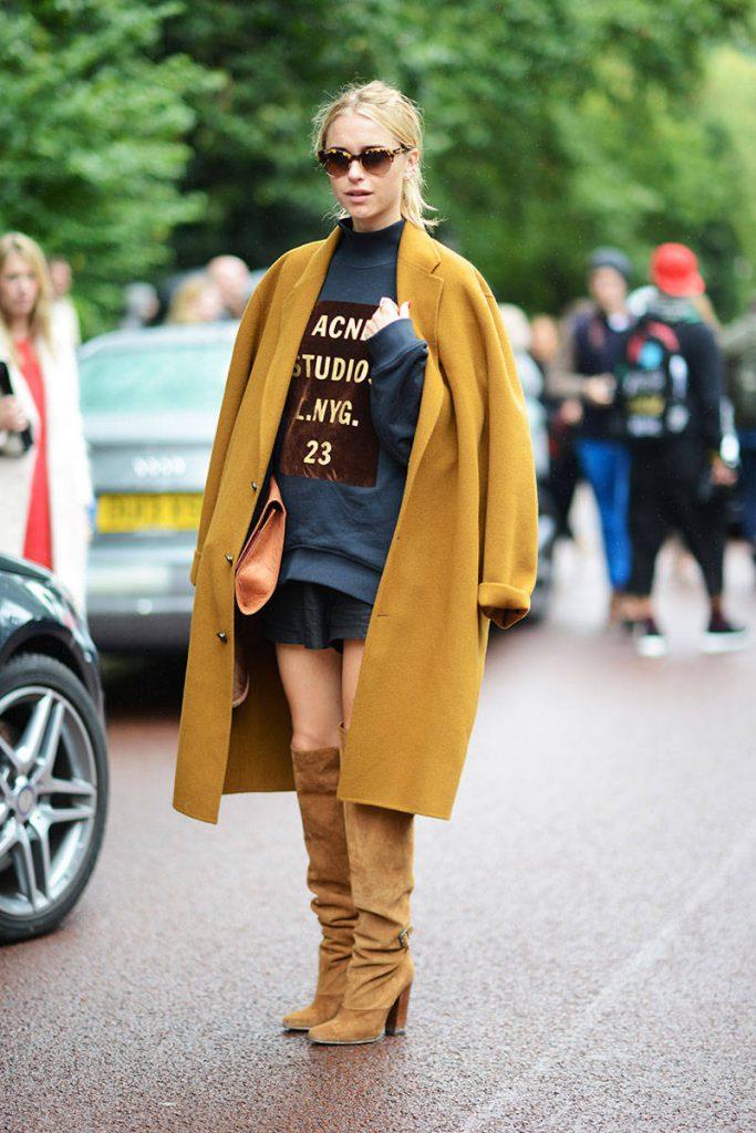 Коричневые замшевые женские сапоги с пальто
