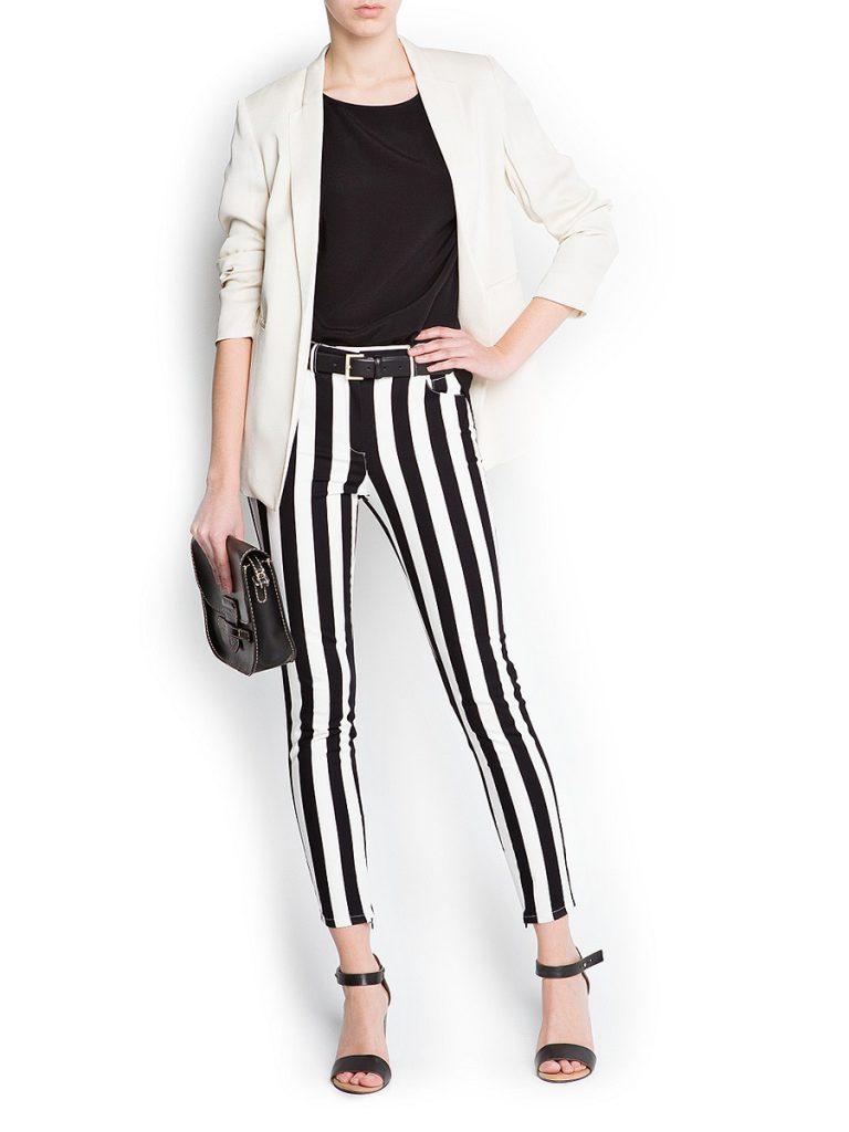 Обтягивающие брюки в полоску с черной блузкой и бежевым жакетом