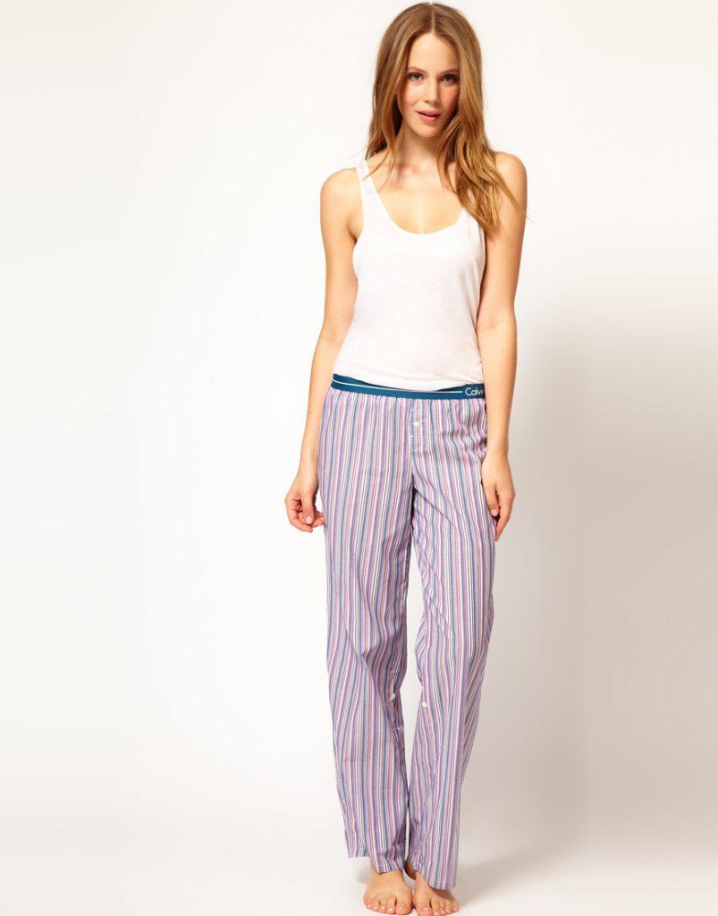 Пижамные брюки в полоску с белой майкой