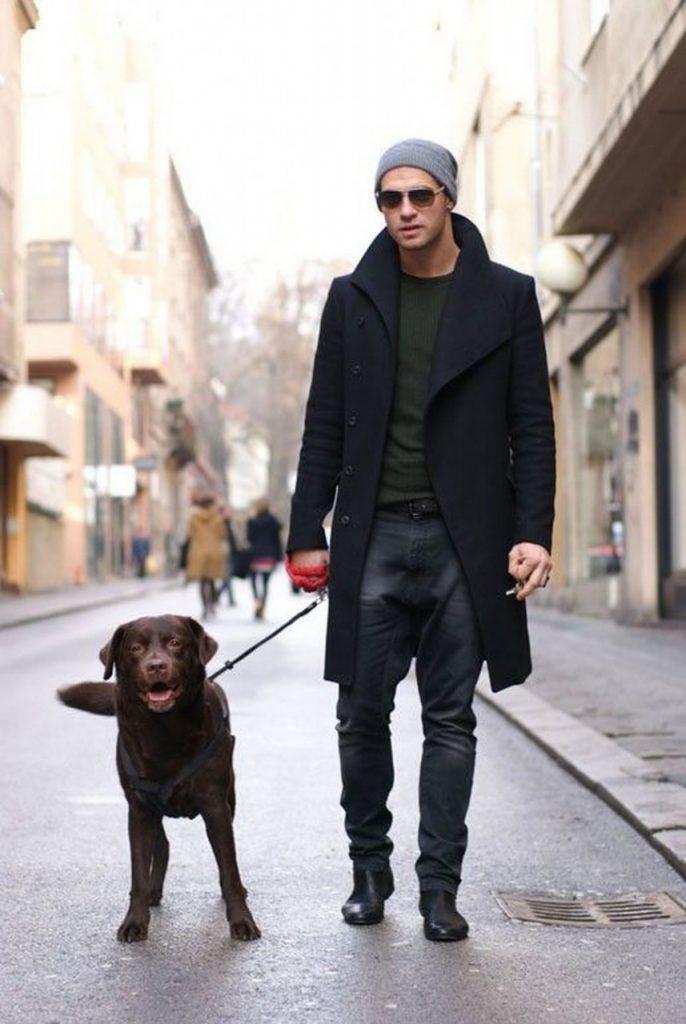 Мужское черное пальто с серой шапкой
