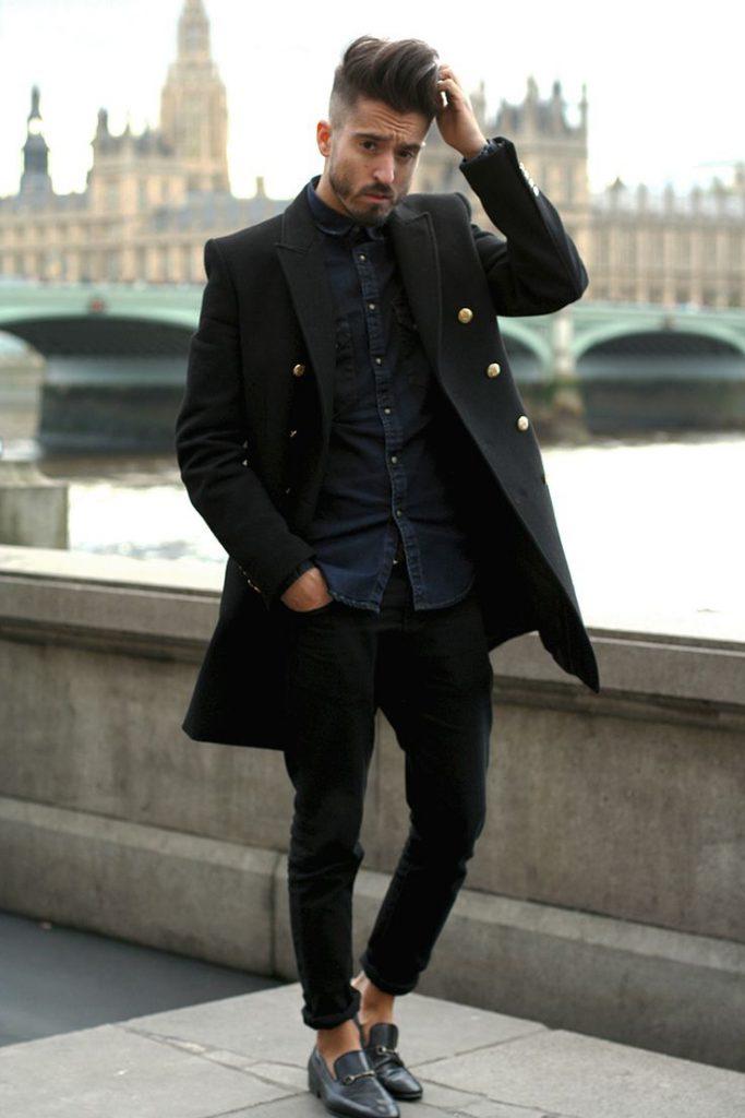 Черное мужское пальто с золотыми кнопками