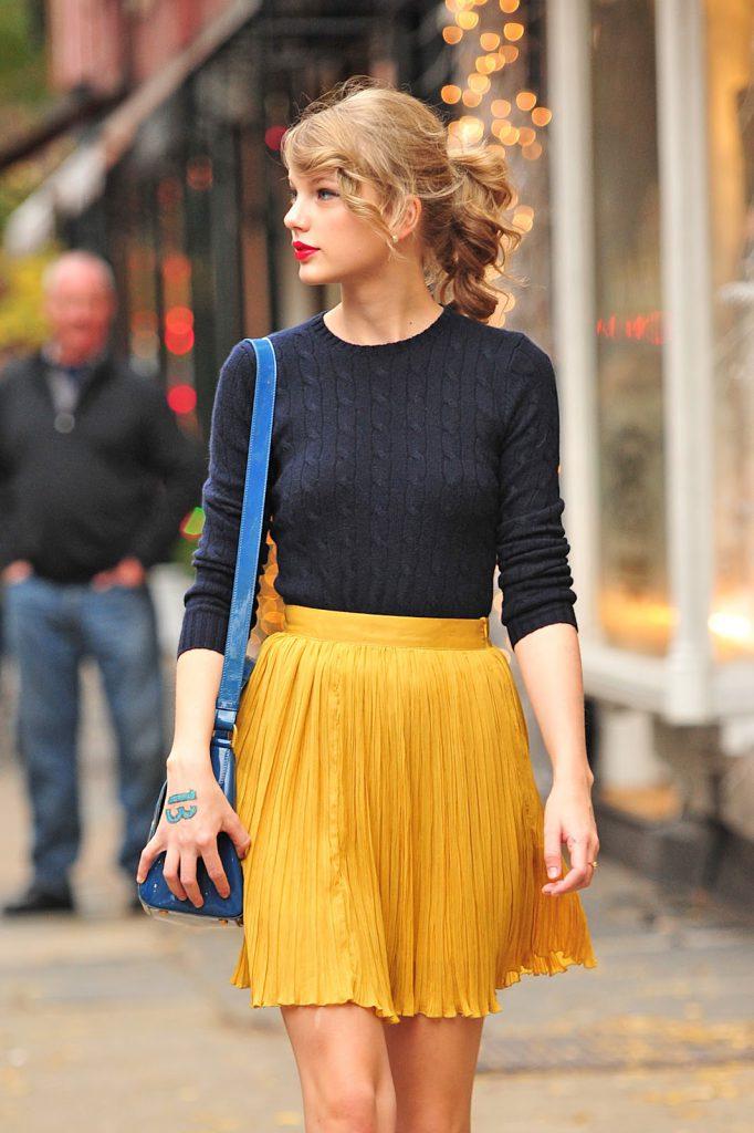 Черная кофта с желтой юбкой