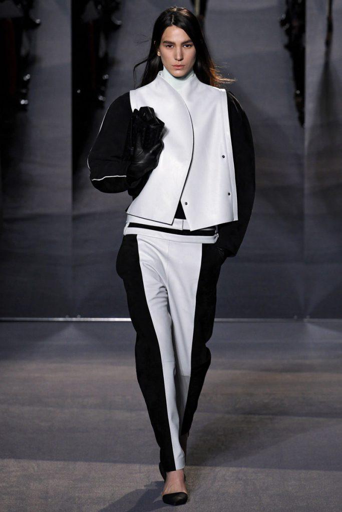 Черно-белый женский костюм