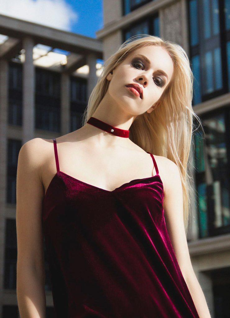 Красные бархатные чокер и платье