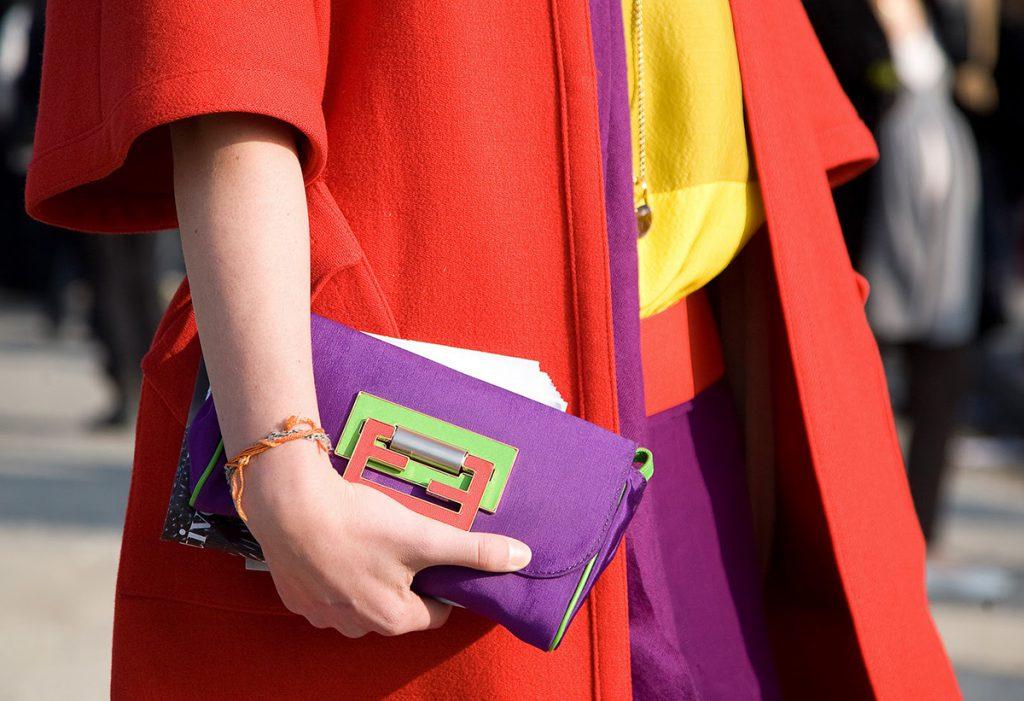 Фиолетовый, красный и желтый цвета в одежде