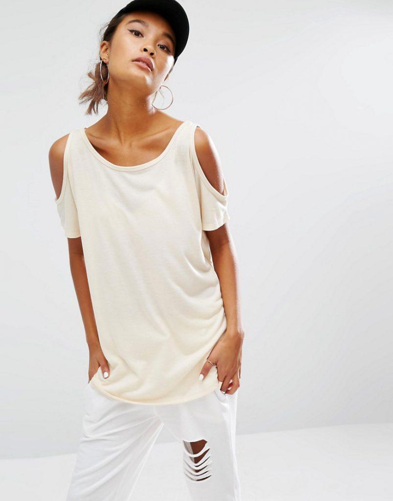 Повседневный образ с футболкой с открытыми плечами