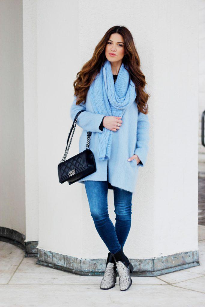 Голубое женское пальто и шарф