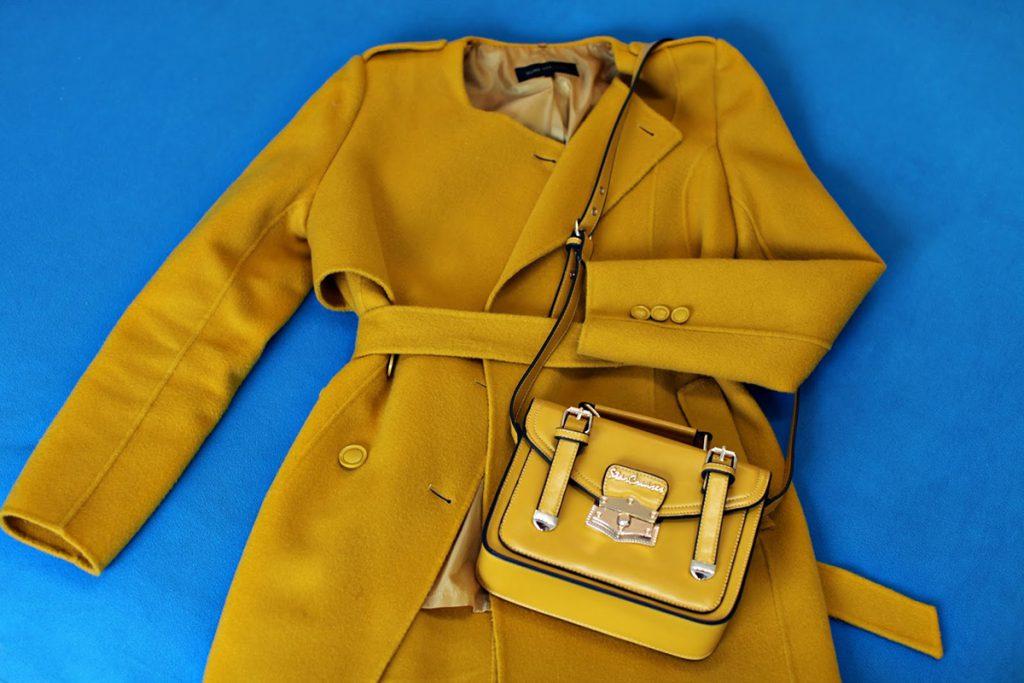 Пальто и сумка горчичного цвета