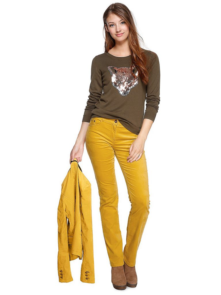 Горчичные брюки и куртка с коричневой кофтой и сапогами