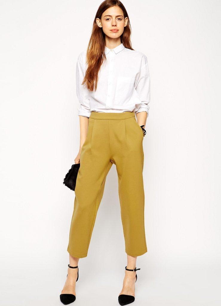 Горчичные брюки с белой рубашкой