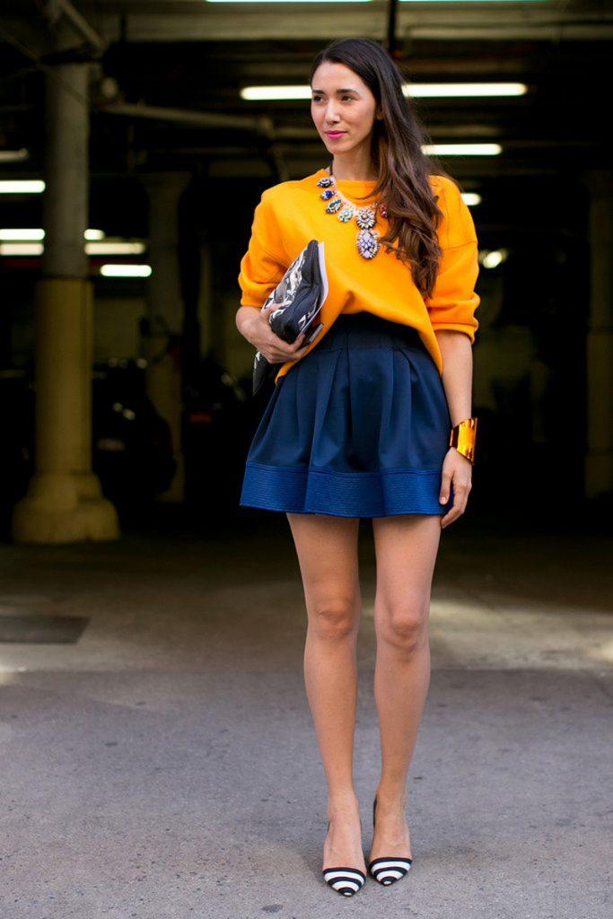 Горчичный и синий цвета в одежде