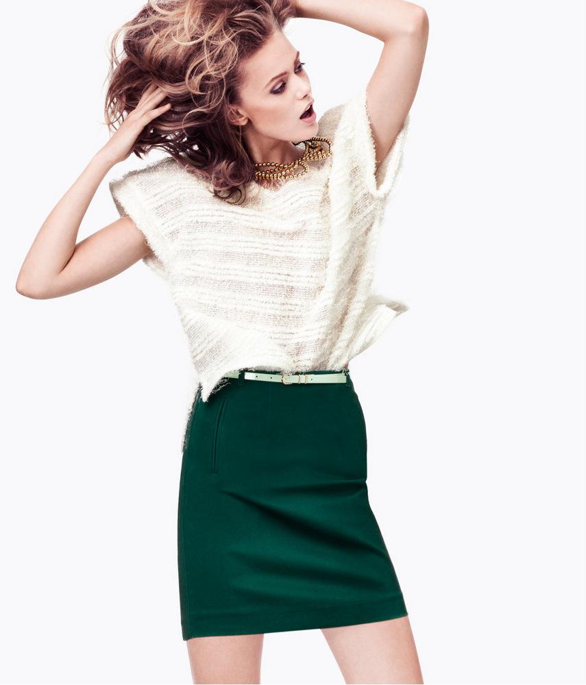 Изумрудная юбка с белой кофтой