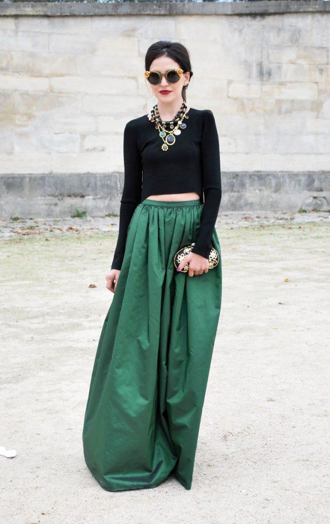 Изумрудная юбка с черным топом