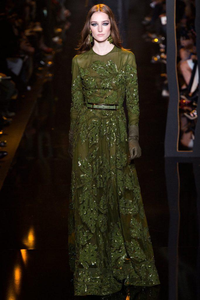 Женское платье оливкового цвета, которое стройнит фигуру