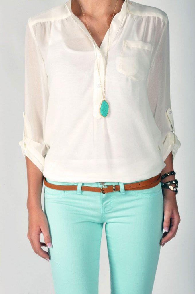Мятные брюки с белой блузой