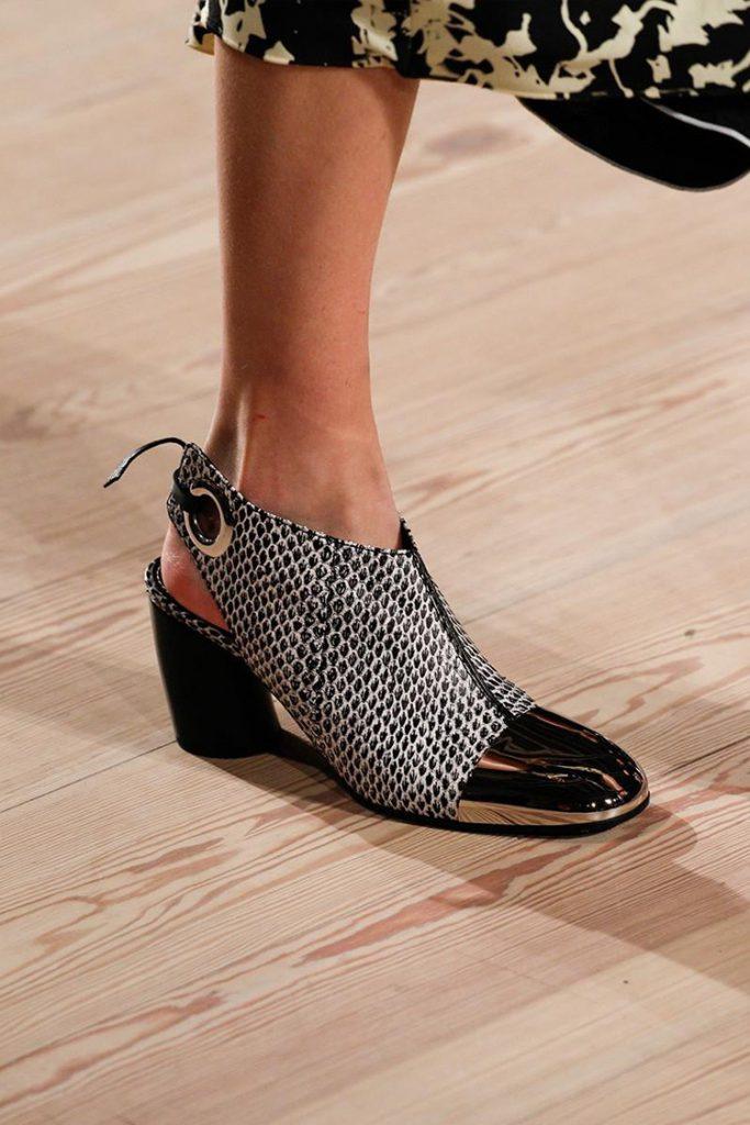 Черно-белые туфли на каблуке для женщин после 50 лет