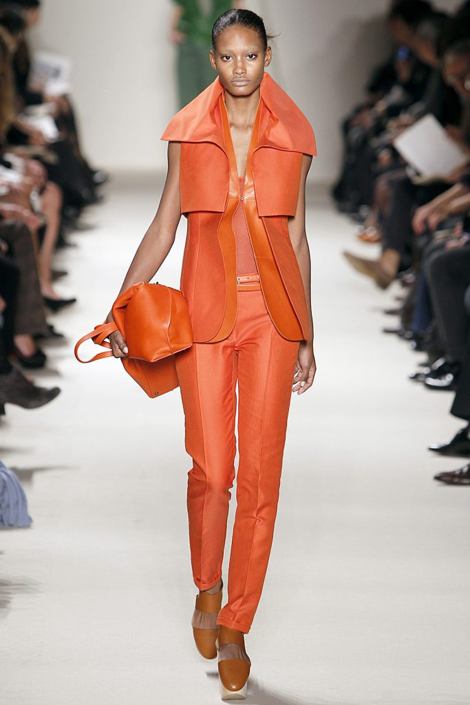 Красивый оранжевый костюм