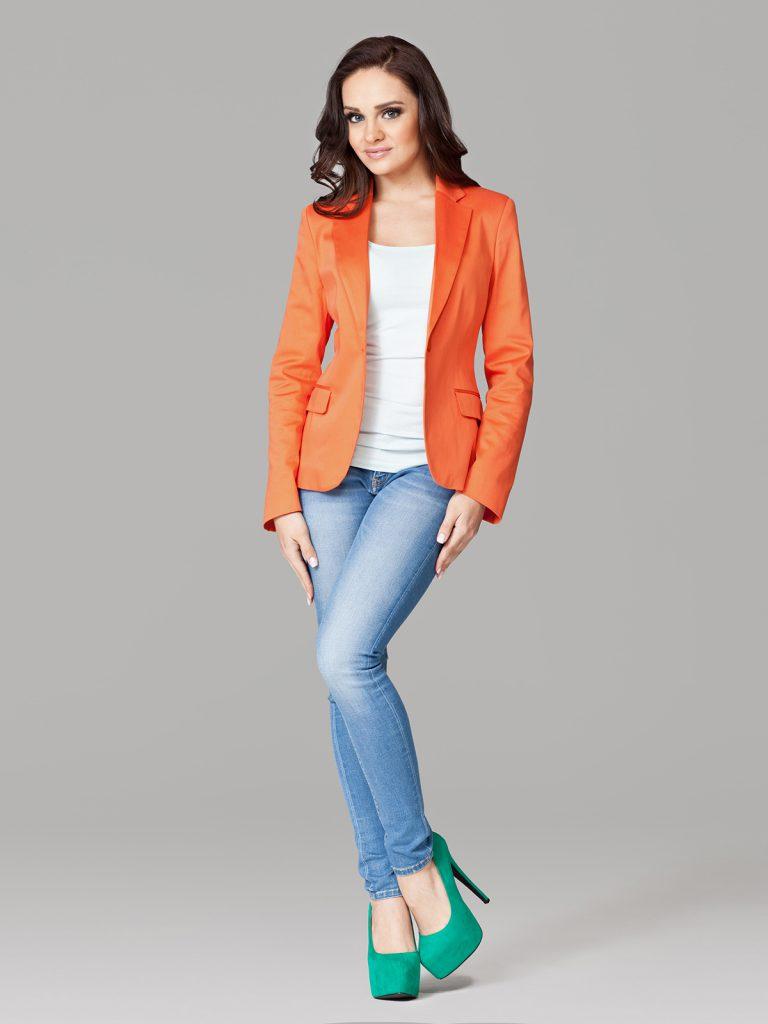 Оранжевый пиджак с белой футболкой и джинсами