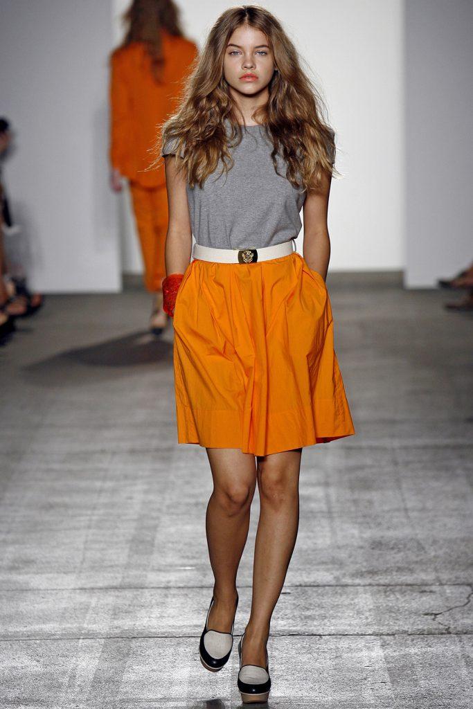Желто-оранжевая юбка в женском образе