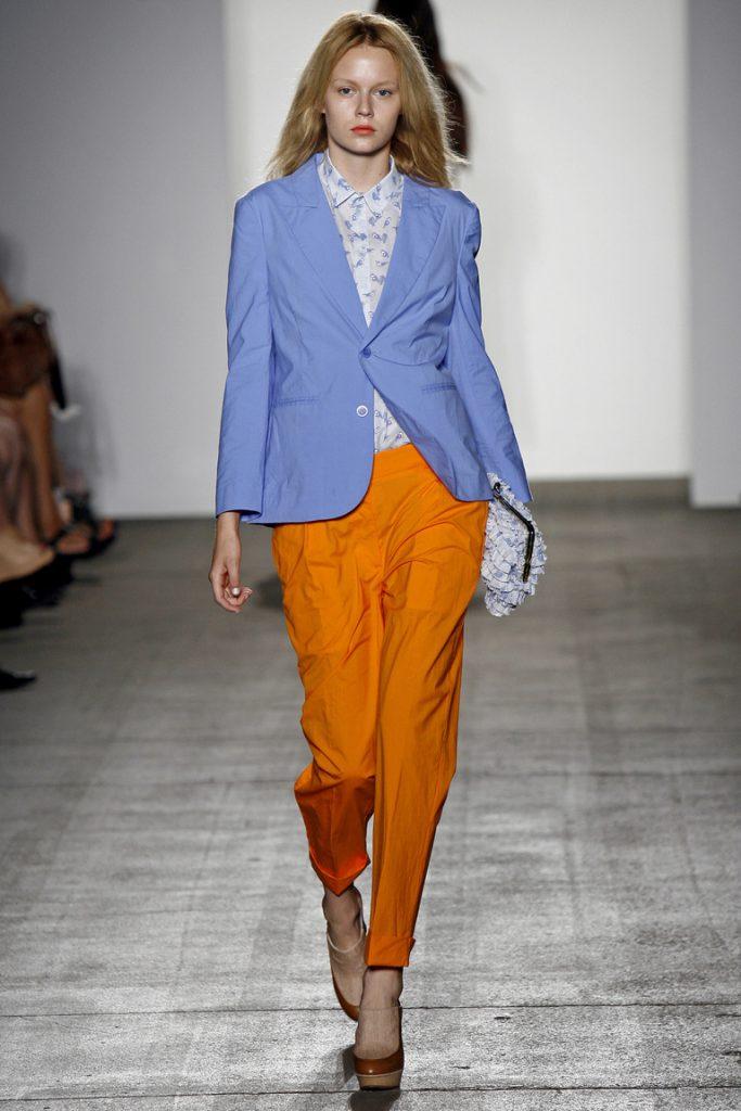 Оранжевые брюки с сиреневым жакетом