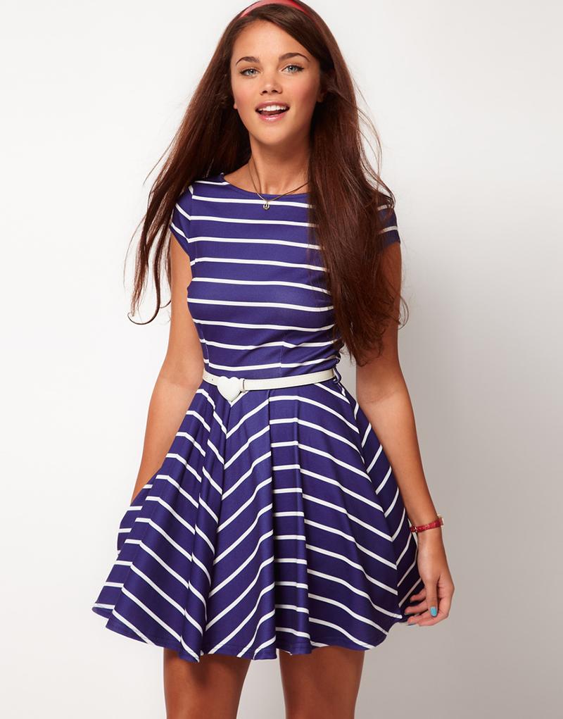 Сине-белое платье в узкую горизонтальную полоску