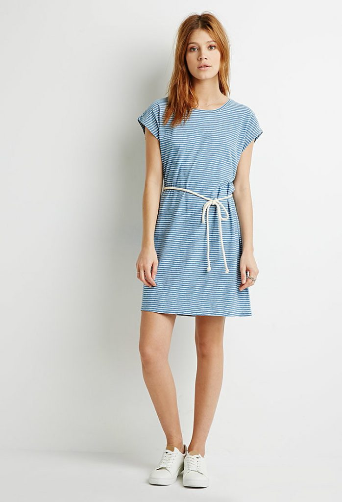 Бело-голубое платье в узкую горизонтальную полоску
