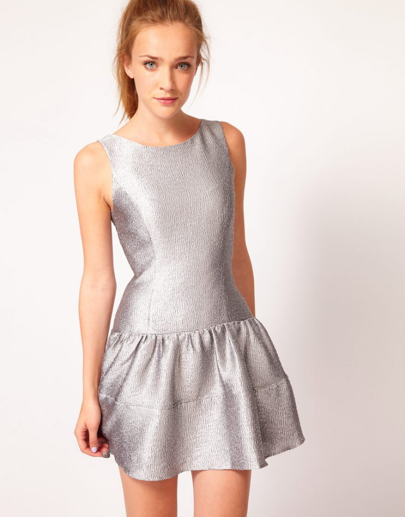 Естественный макияж и серебристое платье