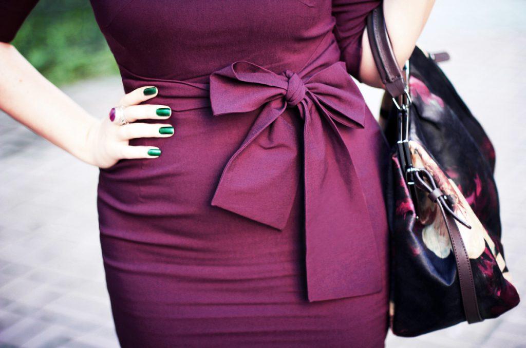 Сливовое платье и черная сумка