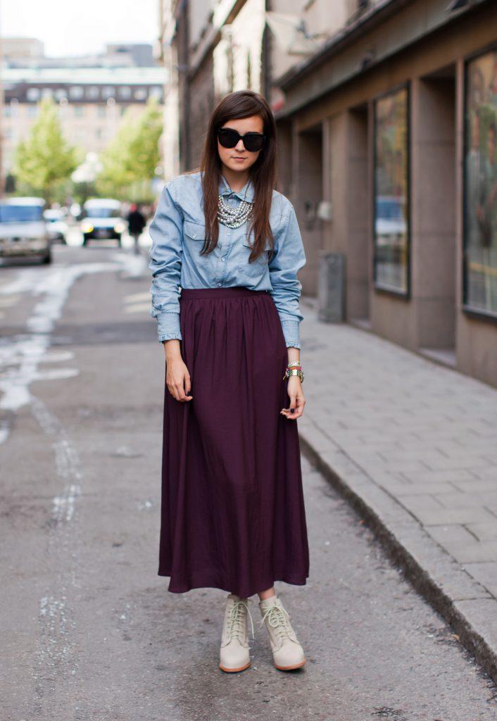 Длинная сливовая юбка с джинсовой рубашкой