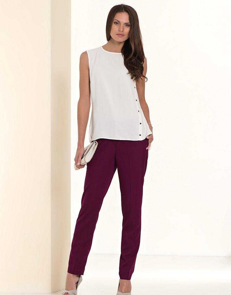 Сливовые брюки с белой блузкой и клатчем