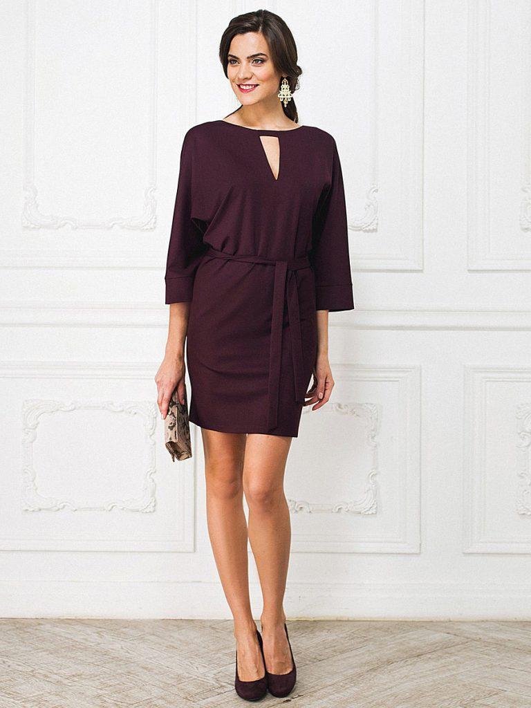 Сливовое платье с бежевым клатчем