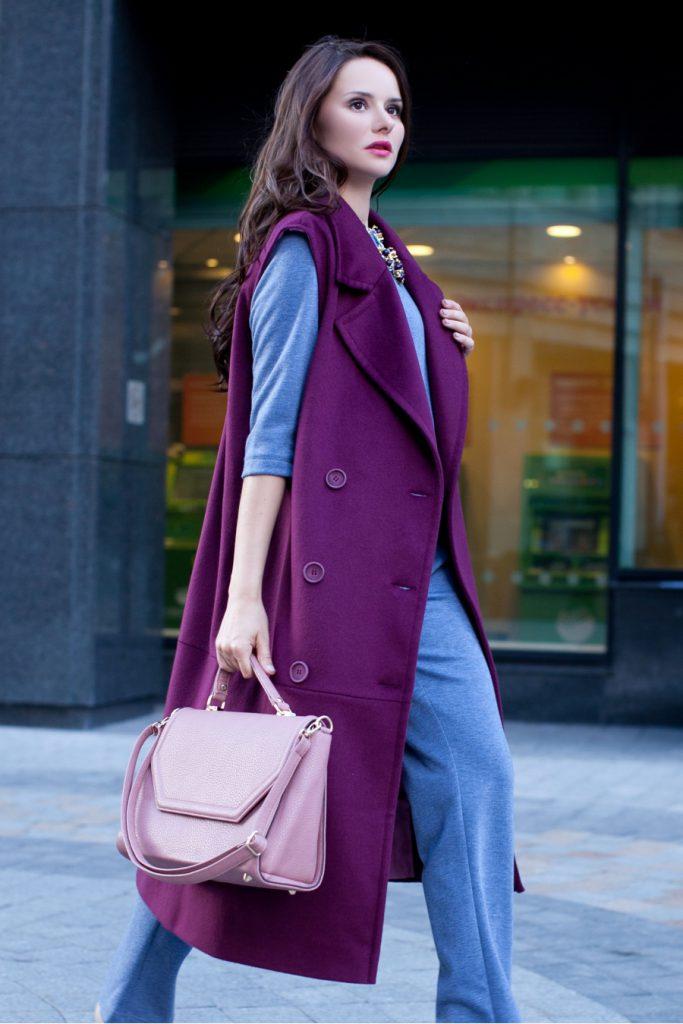 Сиреневая сумка со сливовым пальто