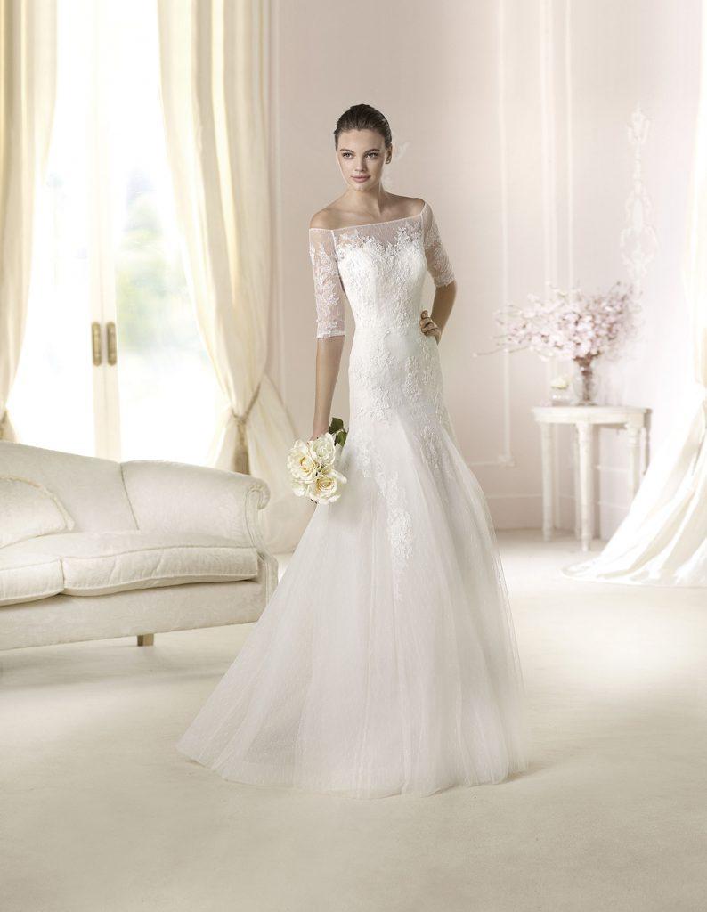 Романтичное свадебное платье с рукавами и открытыми плечами