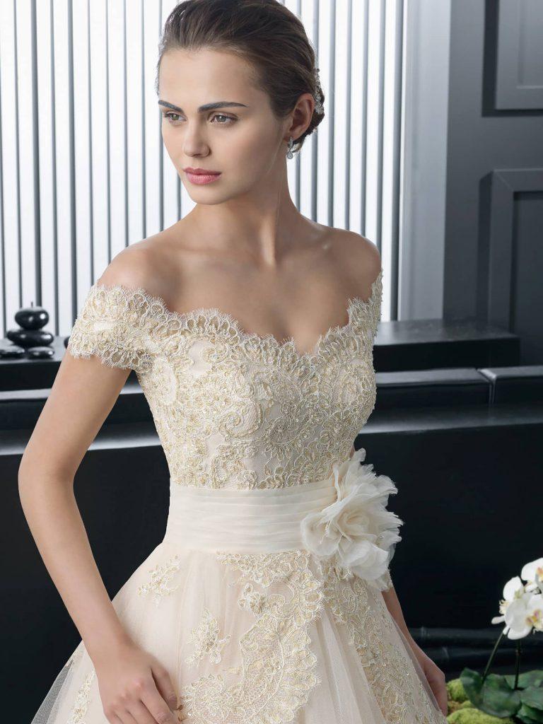 Бежевое свадебное платье с открытыми плечами