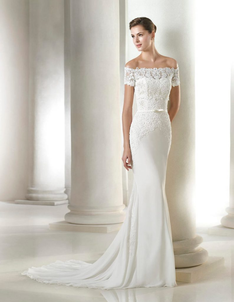 Белое свадебное платье со шлейфом и открытыми плечами