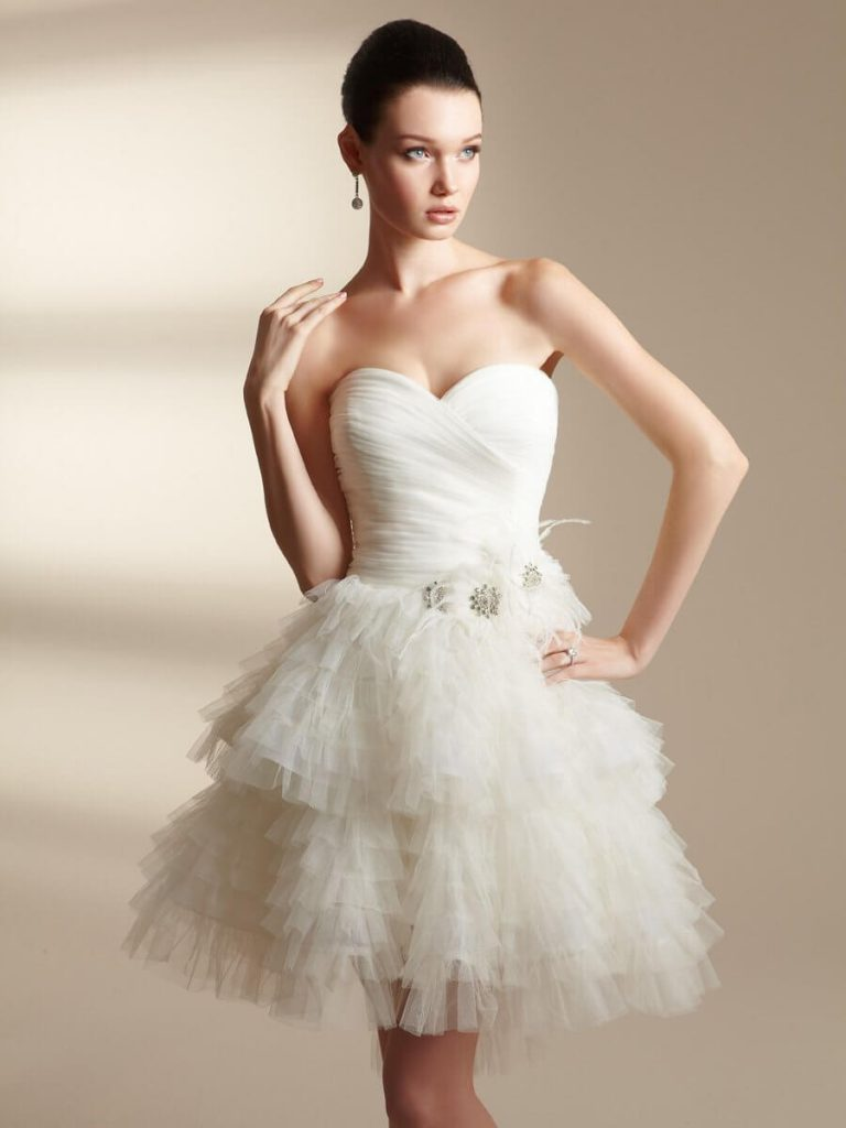 Короткое свадебное платье с открытыми плечами