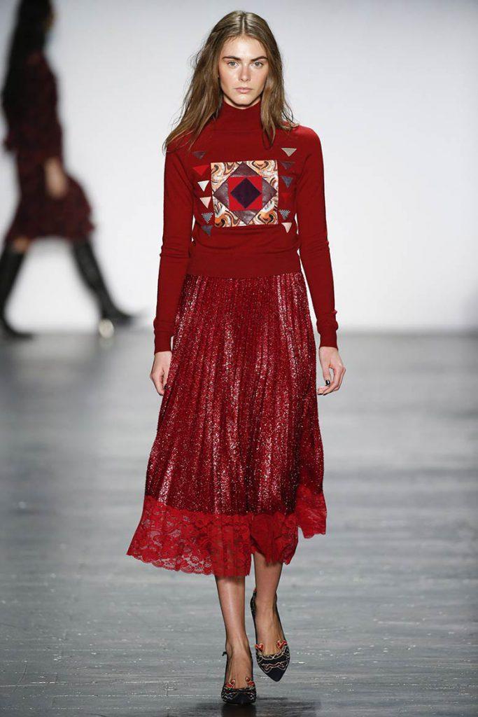 Красный джемпер и юбка для встречи года Петуха 2017
