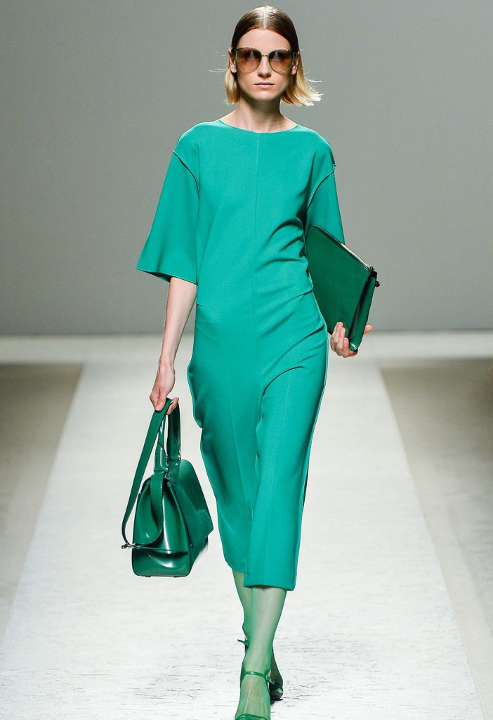 Длинное платье цвета травы