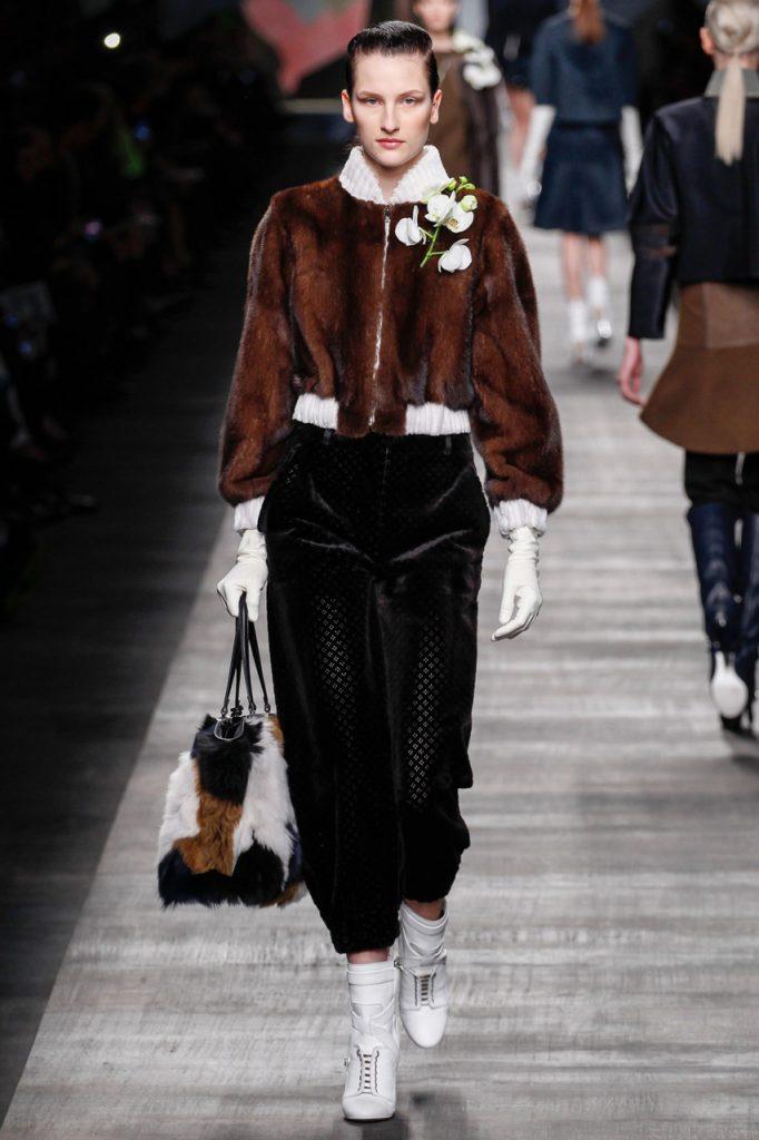 Черные бархатные брюки с меховой курткой