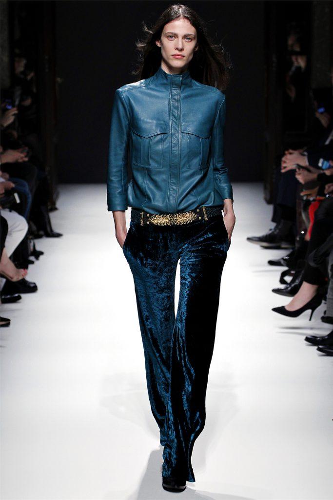 Синие бархатные брюки с кожаной курткой
